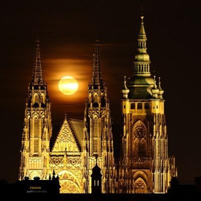<b>PRAHA</b> <br><br> nefotil som v meste často. Skôr som vyhľadával miesta a situácie, ktoré boli trošku netypické pre Pražskú fotografiu. V prípade mesiaca som spojil prakticky dva symboli. To, že rád fotím nočnú fotografiu a symbol tohoto veľkého mesta